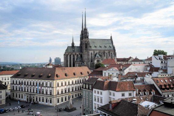 <span>Půjčka na směnku v hotovosti nabízí až 100 000 Kč ihned. Je určena pro město Brno a blízké okolí. Peníze si zde může půjčit každý. Jde to i bez potvrzení o příjmu, bez zástavy. Nemusíte se bát placení poplatků předem. Peníze můžete mít v hotovosti na ruku, ještě dnes, nebo během krátké doby.</span>